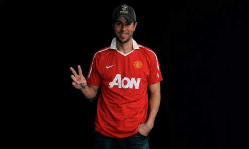 Enrique-in-Manchester-United-shirt-enrique-iglesias-25385058-737-442