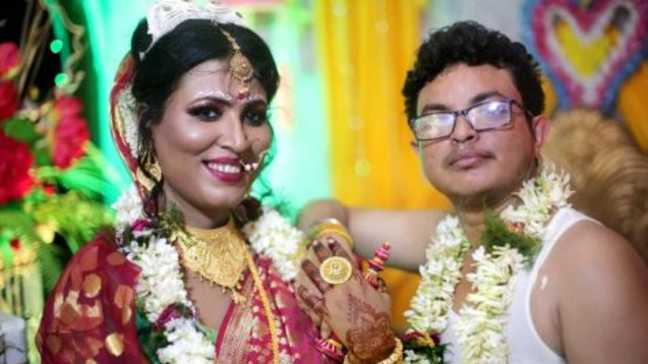 Transgender Couple Tied Knot In Traditional Bengali Ceremony In Kolkata